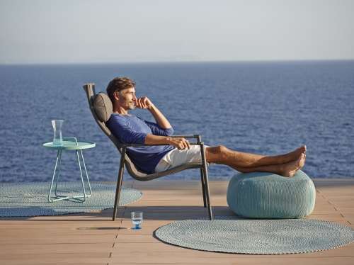 Defined- dywan Outdoor - Cane Line - Core_highback_sunchair_footstool_SoftTouch_grey_3b_model1.jpg